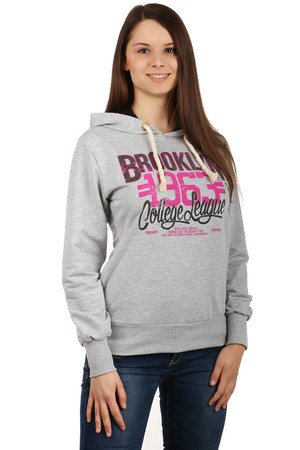 Comfortable sweatshirt with print, hood and pockets on the sides. Material: 95% cotton, 5% elastane. Import: Turkey