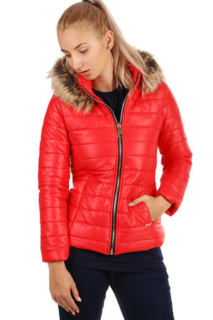 Trendy women's quilted jacket suitable for autumn / winter. The hood is removable. Zip fastening. Use in the city /