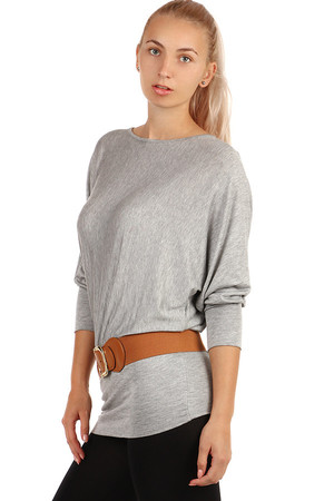 Women's longer T-shirt with heeled neckline. A free T-shirt cut creates the effect of bat sleeves. Bottom hem