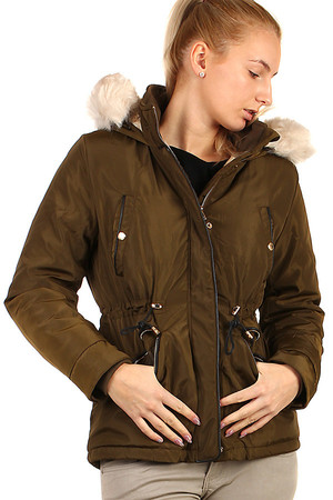 Short women's winter jacket with fur on the hood and on the lining. Drawstring at waist. Removable hood. Zip fastening.