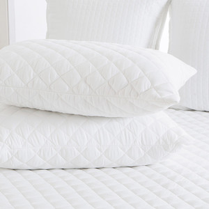 Quilted pillow, suitable for allergy sufferers. Stitching may vary slightly (does not affect functionality) Dimension 50