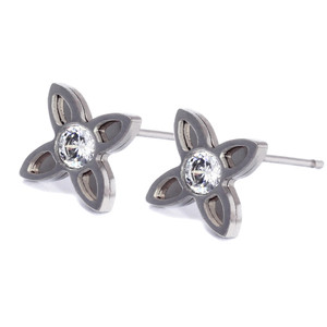 Simple earrings with one stone with flower motif. Dimensions: height 0.8cm, width 0.8cm.